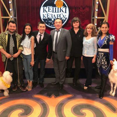 Артисты и директор Казгосцирка на передаче «Кешкі кездесу»