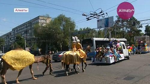 Кавалькада циркачей прошла по улицам Алматы