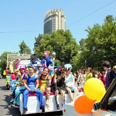 Цирковая кавалькада на улицах Алматы