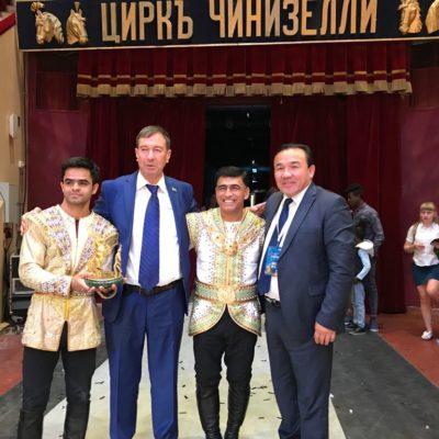 Директор КГКП «Казгосцирк» Б.А. Бокебаев вручил Специальный приз Казахского государственного цирка иллюзионисту из США Кевину Джеймсу