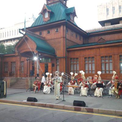 Коллектив Казгосцирка на церемонии зажжения декоративной подсветки Музея народных музыкальных инструментов имени Ыхласа