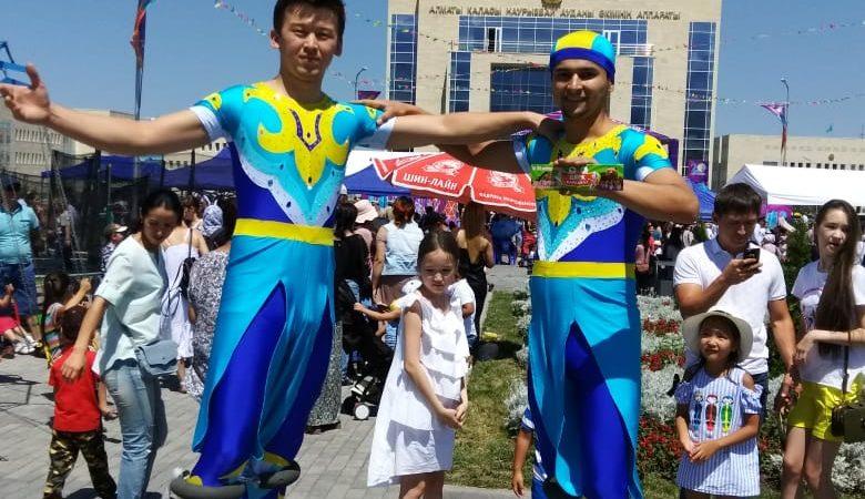 Артисты Казахского государственного цирка выступили на праздничном концерте на площади перед зданием Наурызбайского районного акимата города Алматы.