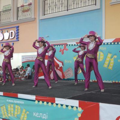 Артисты Казахского государственного цирка представили яркую, праздничную шоу-программу в крупнейшем молле страны «Апорт»