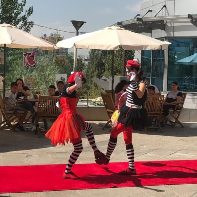 27 тамызда «Holiday» қонақ үйінде Қазақ мемлекеттік циркінің артистері аз қамтылған және көп балалы отбасылар балаларына арнап концерт қойды
